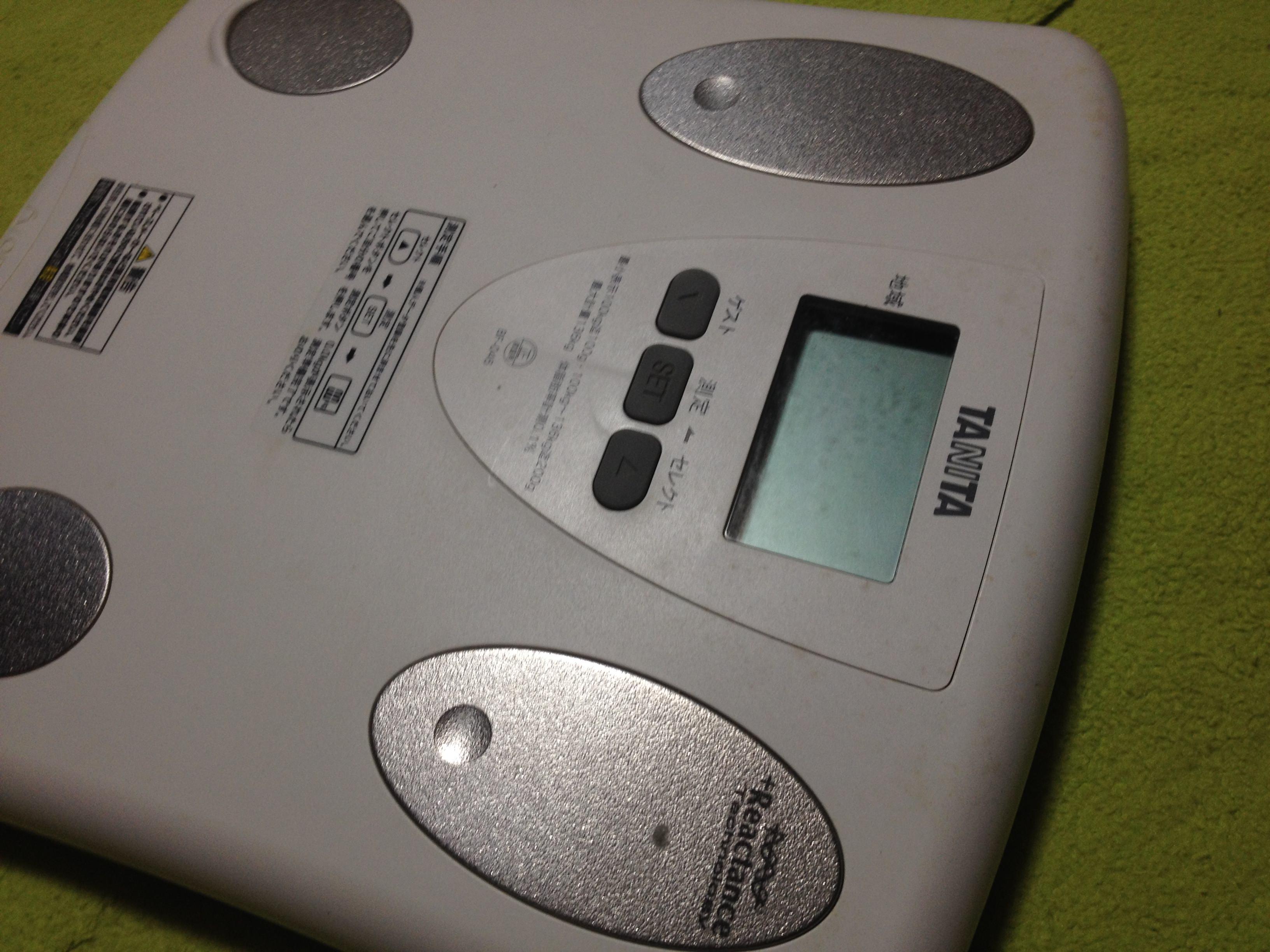 TANITAの体重計で体脂肪率を計測