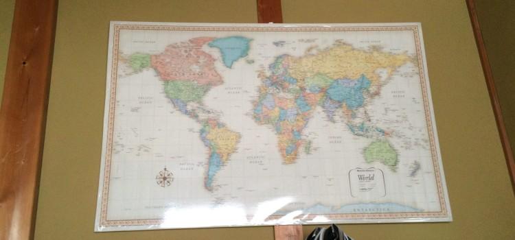 色鮮やかで古風な雰囲気のある世界地図(128×82cm)を購入・部屋に飾ってみました