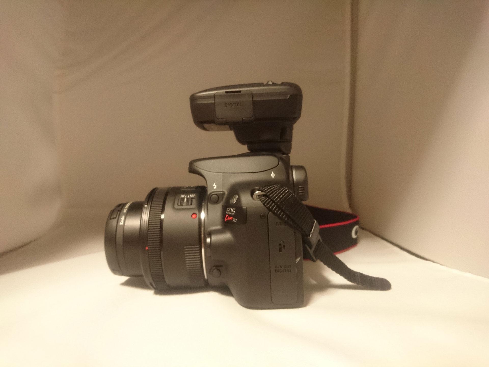 Canon Eos Kiss X7 and GP-E2 側面
